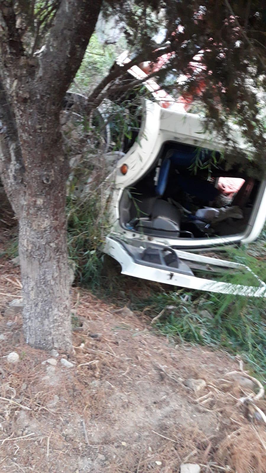 Bodrum'da freni boşalan vinç şarampole devrildi: 2 yaralı
