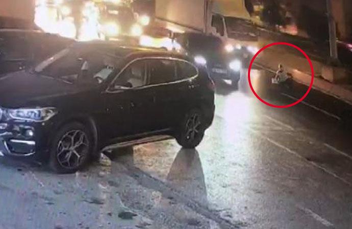 Kadını arabadan attılar! Ezilmekten son anda kurtuldu