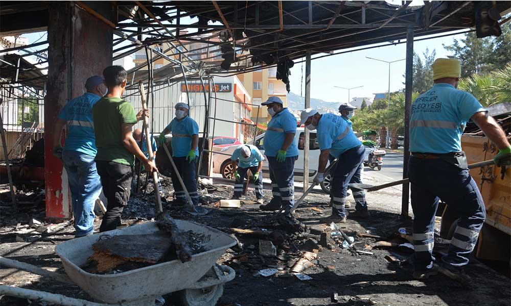 Efeler Belediyesi yanan iş yerini temizledi