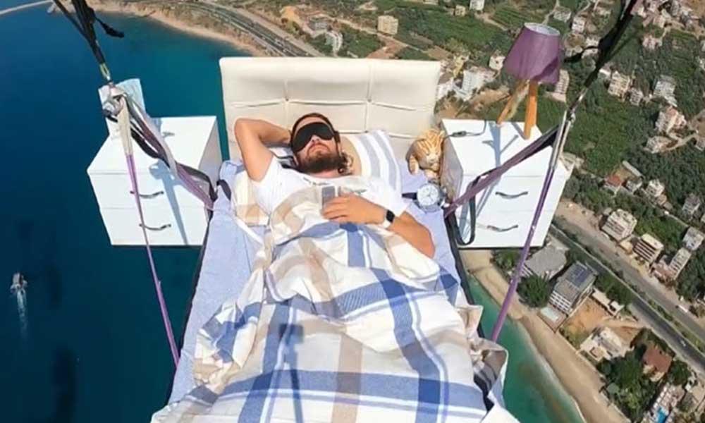 Paraşüt pilotu havada yatak keyfi yaptı
