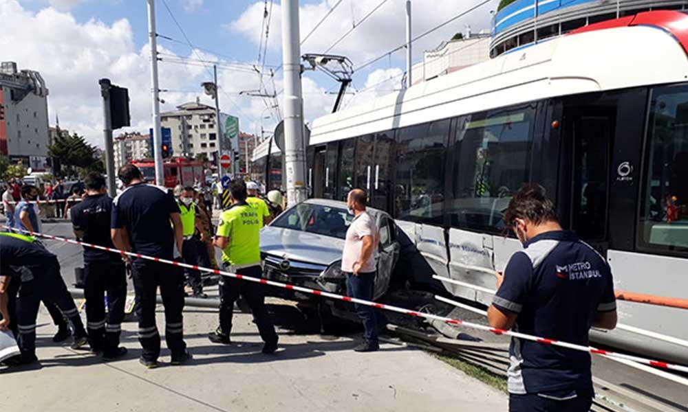 Güngören'de tramvay ve otomobil çarpıştı: Bir yolcu yaralandı