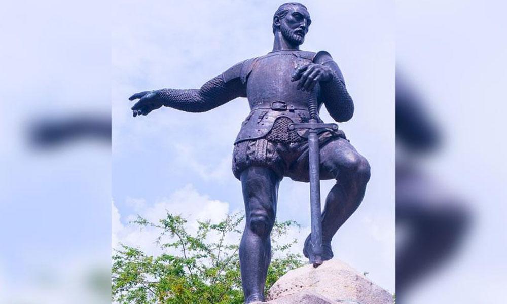 Kolombiya'da halk sömürgeci komutanın heykelini yıktı