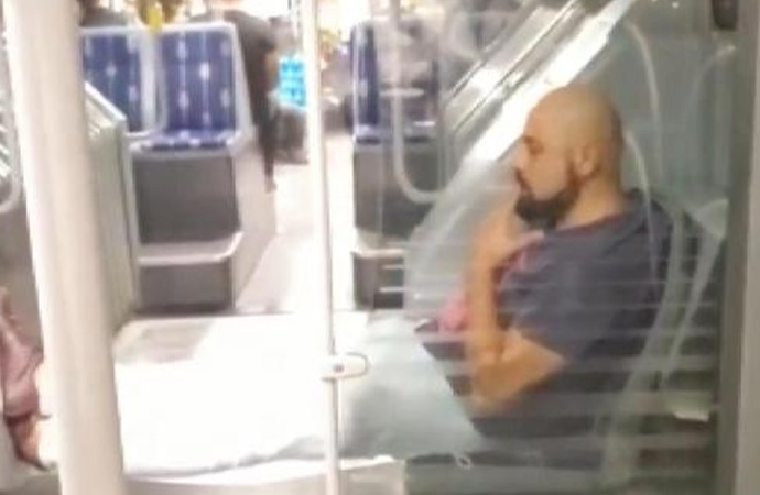 Metrobüste hem maske takmadı hem koltuklara bastı hem de sigara içti