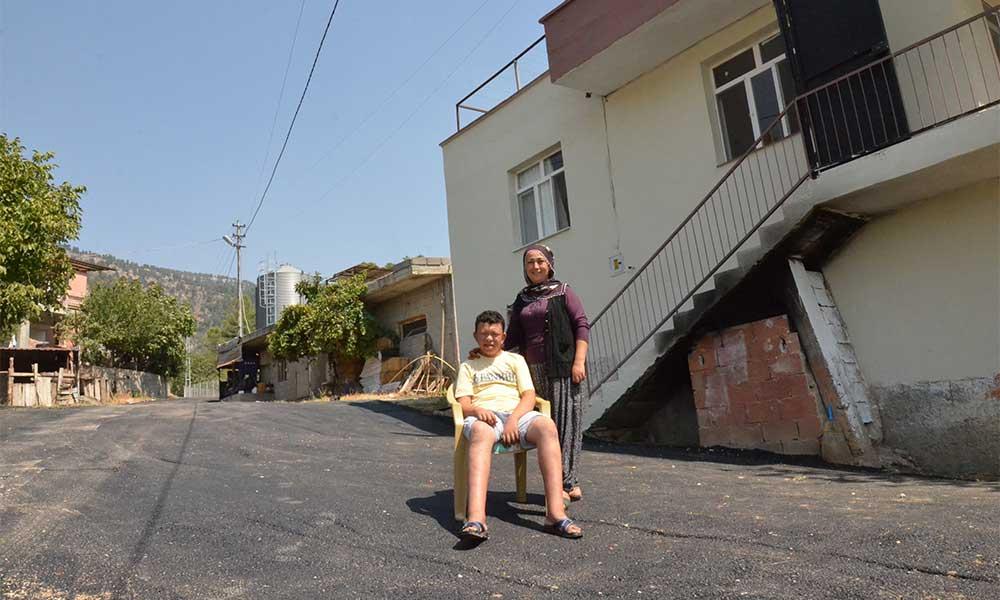 Remzi de rahatça koşabilsin, oynayabilsin diye evinin önüne asfalt döküldü