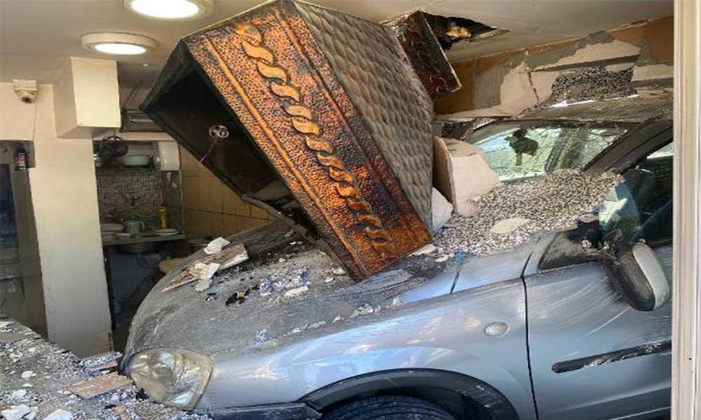 Freni boşalan çekici kamyonun çarptığı otomobil kebapçı dükkânına girdi