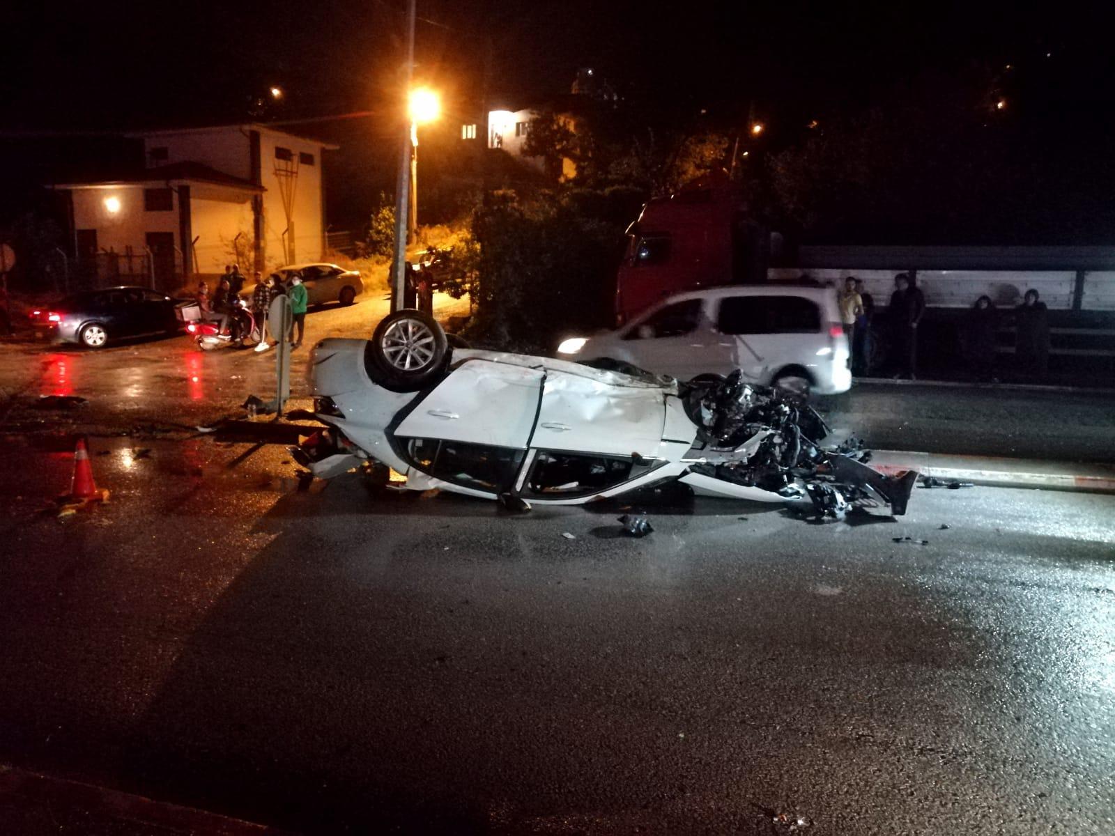 Aydınlatma direğine çarpan otomobil takla attı: 4 yaralı