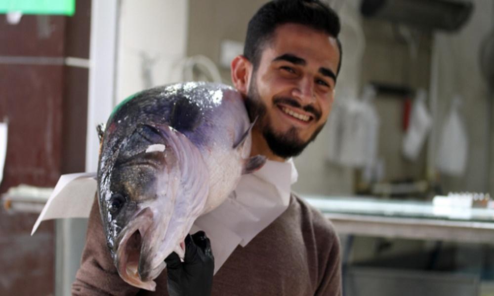 Balıkçıların ağına takılan 15 kilogram ağırlığındaki levrek büyük ilgi gördü
