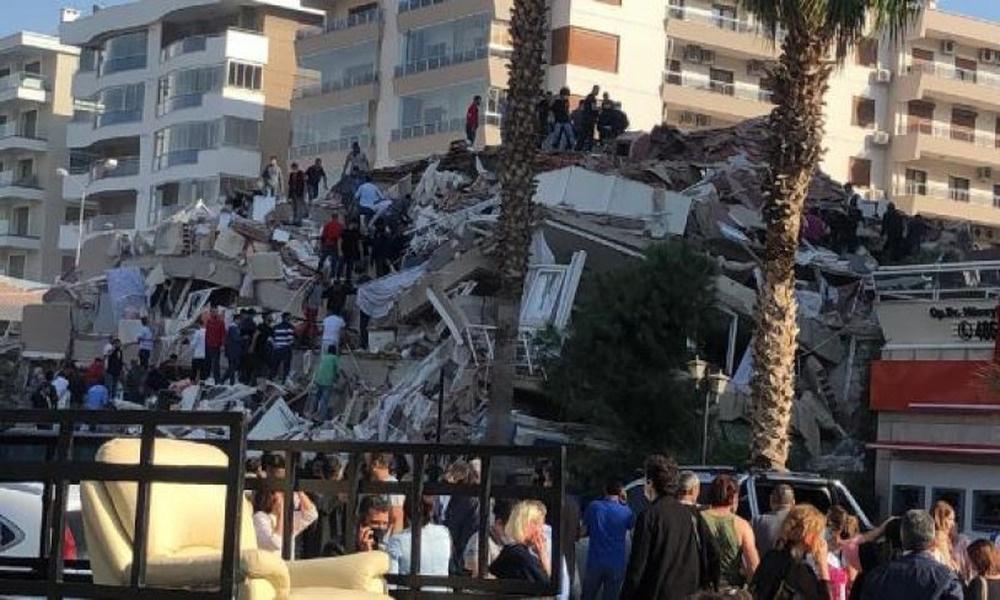 İzmir Bayraklı'da kaymakamlık binası ve Kızılay Kan Merkezi yıkıldı