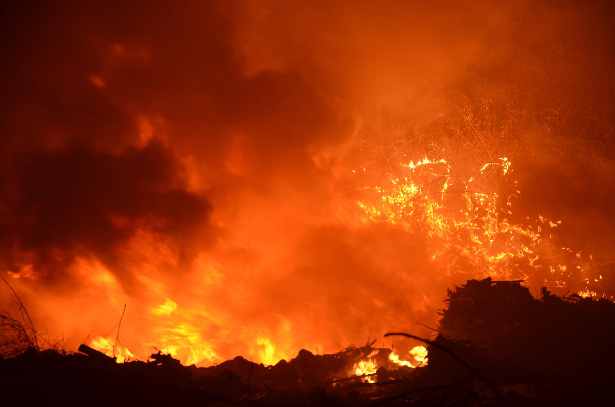 Antalya'da hurda deposunda korkutan yangın