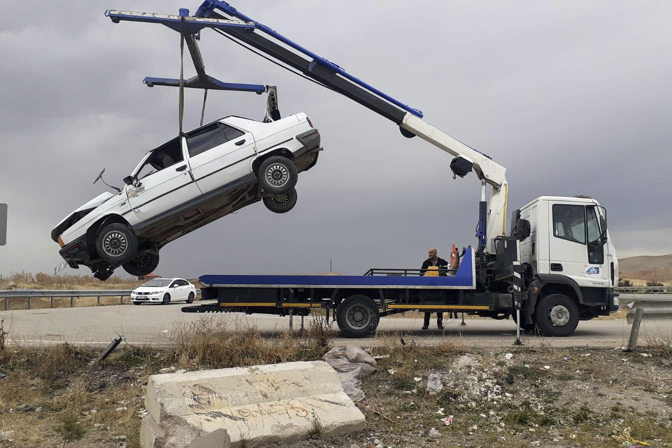Otomobil beton bariyere çarptı: 8 yaralı