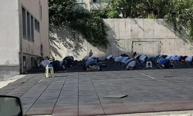 Okul mescidine imam atandı, mahalleli namaz kılıyor