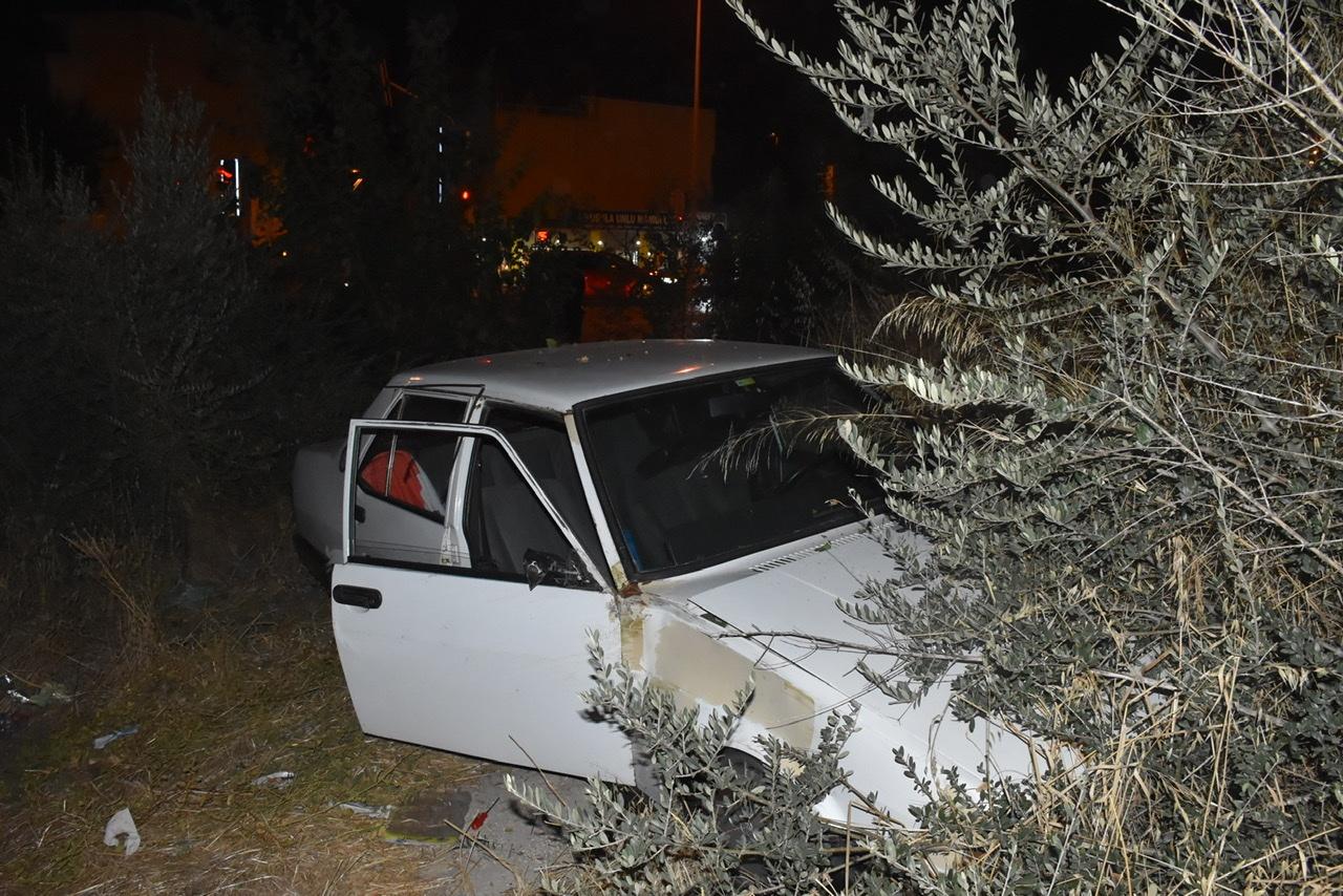 Sürücüsünün yarıştığı iddia edilen otomobil, boş araziye uçtu