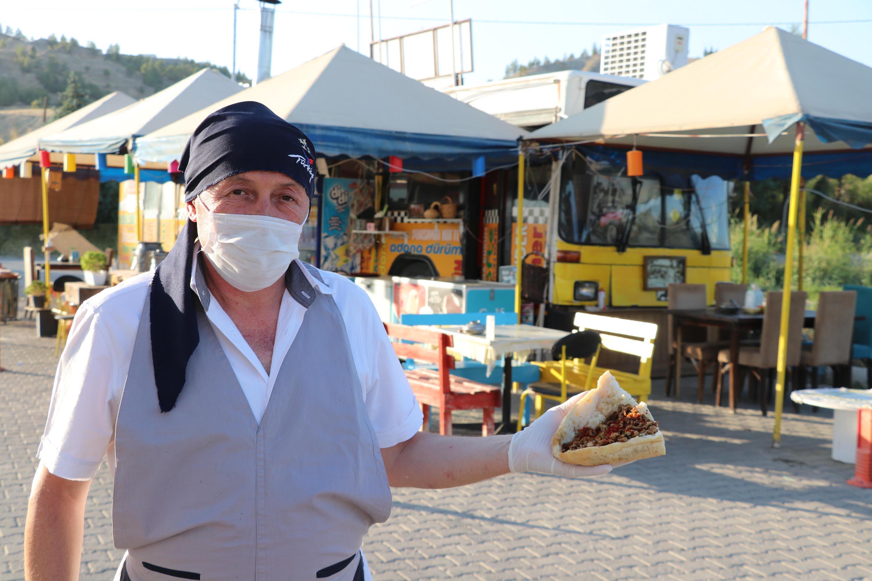 Eski halk otobüsünü seyyar kokoreç dükkanı yaptı