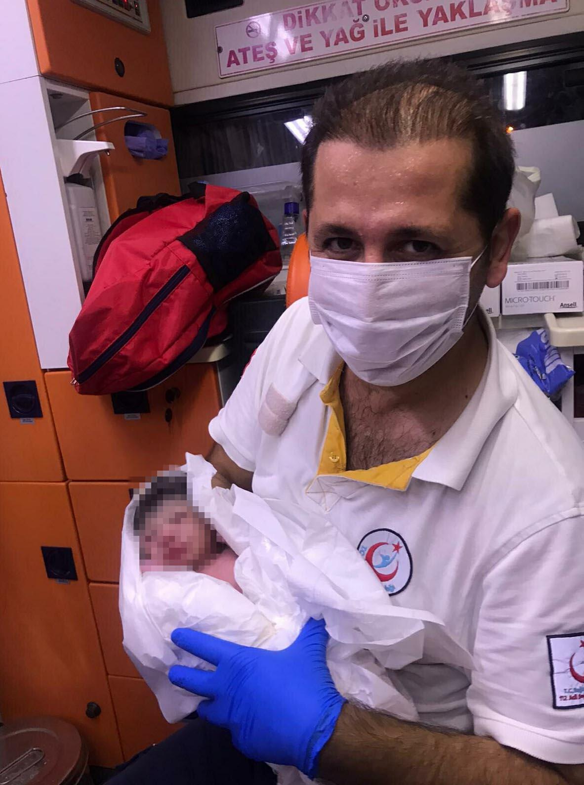 Hastaneye kaldırılırken ambulansta doğum yaptı