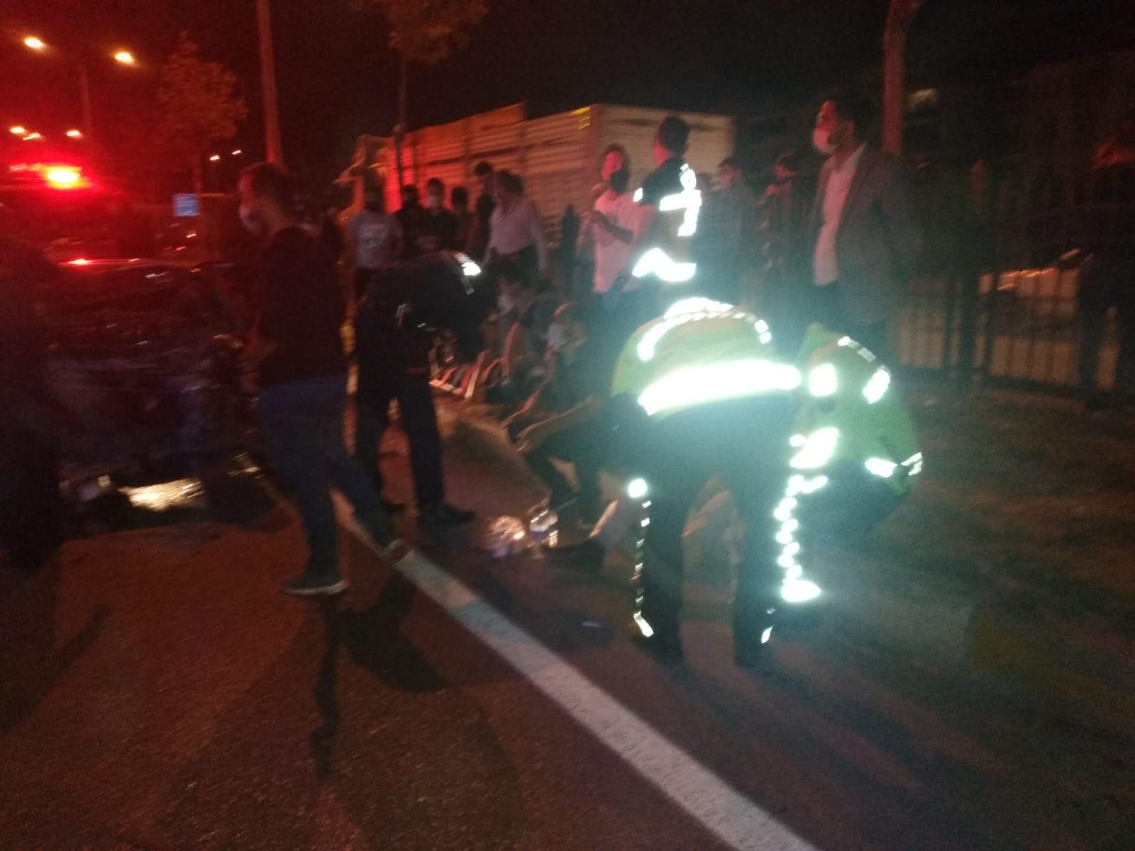 Freni boşalan kamyon, 3 otomobile çarptı: 10 yaralı