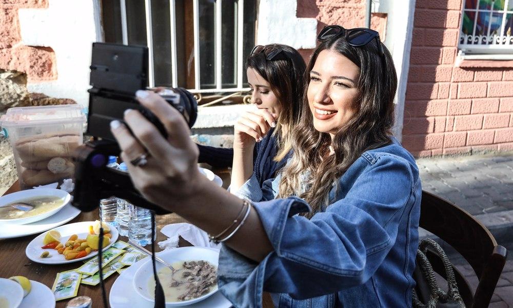 Sosyal medya fenomenleri Buca sokaklarında