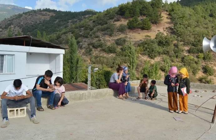 Memleketten EBA manzaraları: İnterneti çekmeyen öğrenciler camii damına çıktı!