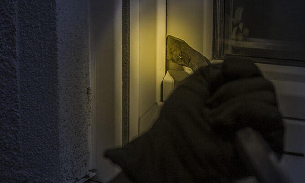 10 yaşındaki çocuğuna, ev sahibinin evini soydurdu