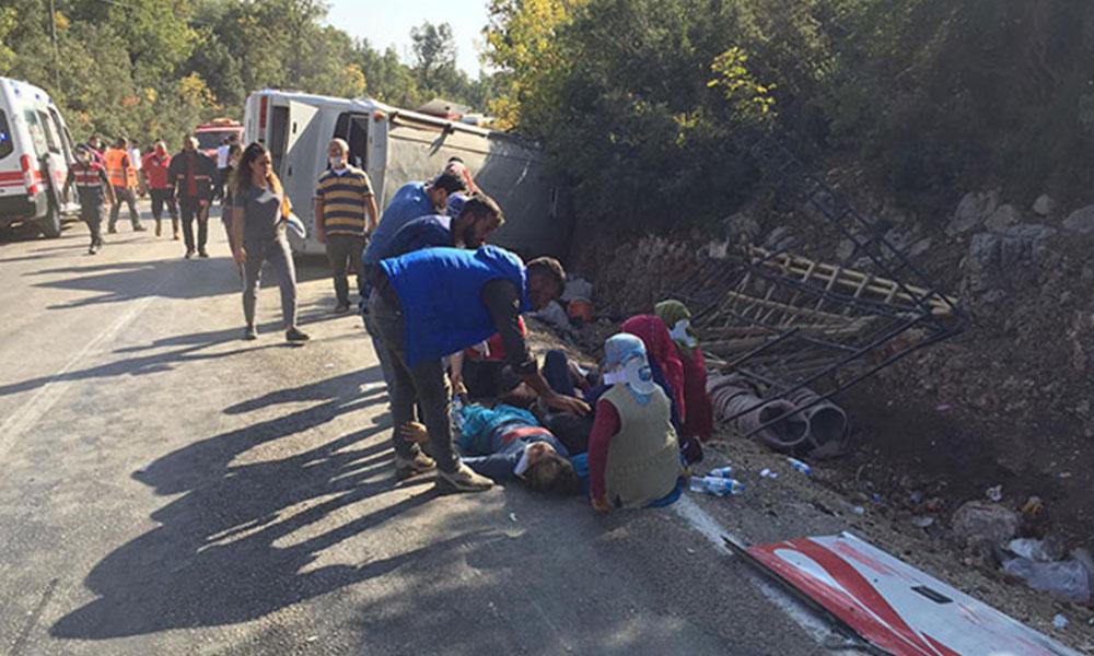 Mersin'de feci kaza! Tarım işçisi taşıyan midibüs devrildi: 1 ölü, 28 yaralı
