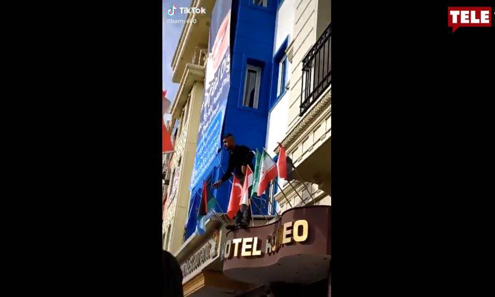 Suriyeliler, bayrak indirip yere attı! Polis müdahale etmedi