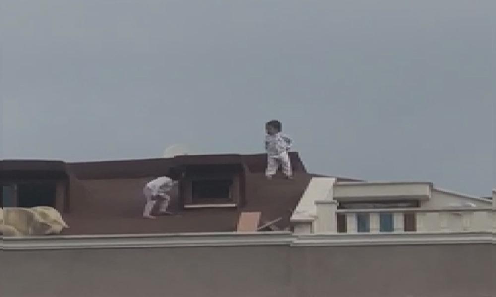 Pes dedirten sorumsuzluk! Çocukların çatıdaki tehlikeli oyunu yürekleri ağza getirdi