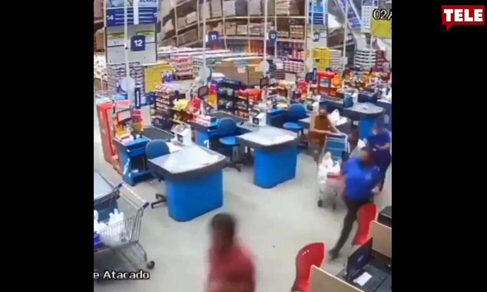 Süpermarketteki raflar domino taşı gibi devrildi!