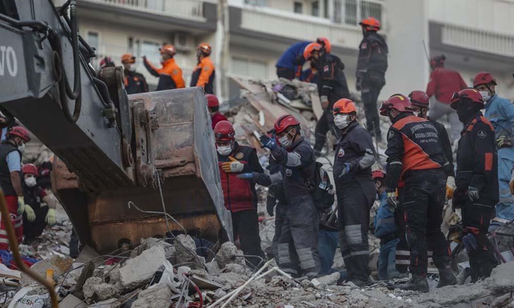 İzmir'deki 6.9'luk deprem felaketi dünyanın manşetinde
