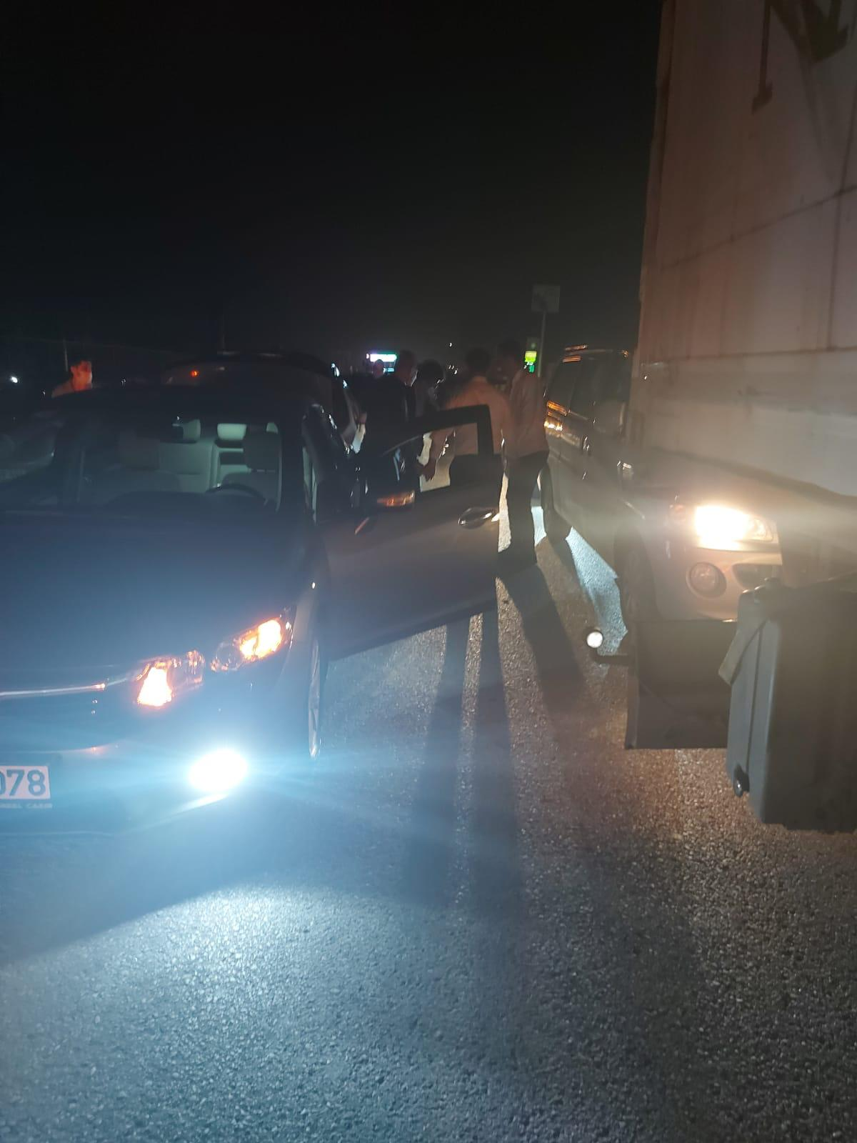Kaza nedeniyle kapanan yolda 'halay' çektiler