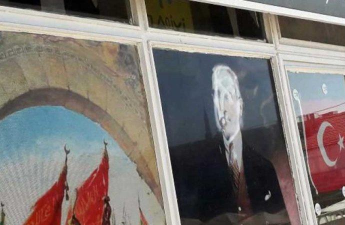 Atatürk posterine çirkin saldırı!