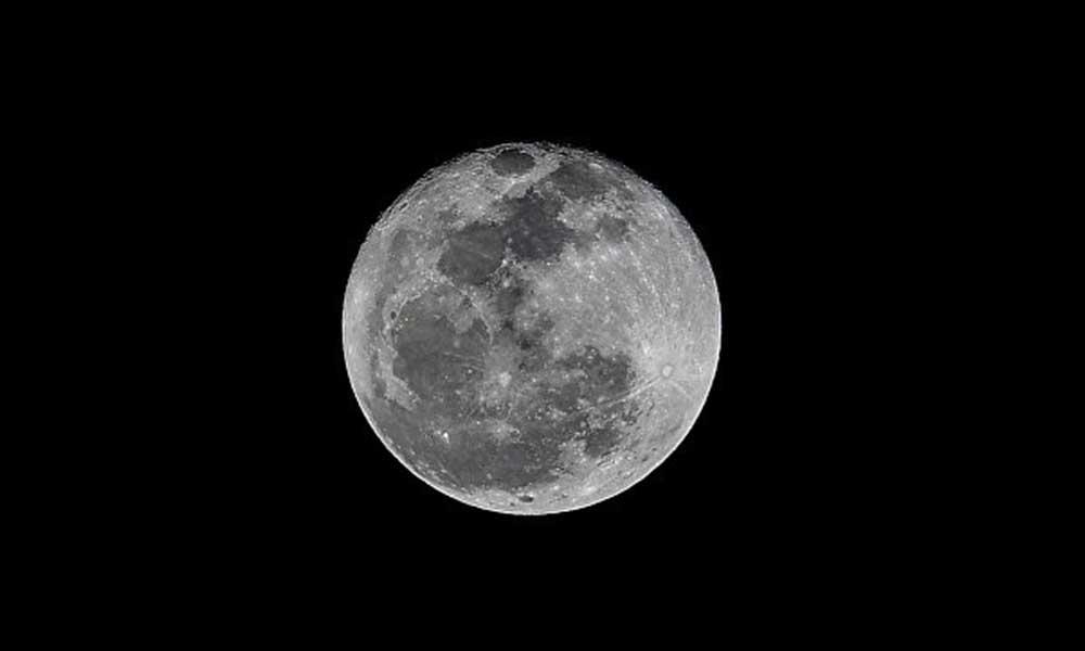 NASA'dan tarihi açıklama: Ay'da su bulundu!