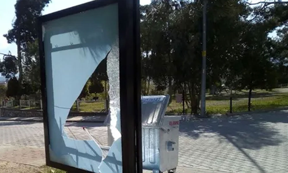 CHP'li belediyenin bilboardlarını kırdı, bakın nasıl 'ödüllendirildi'