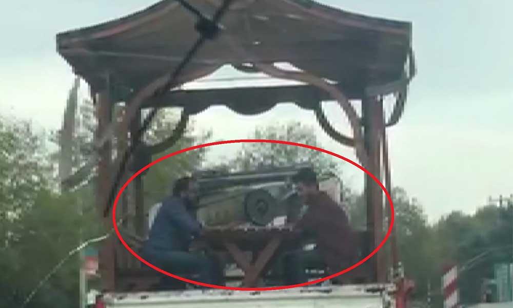 Seyir halindeki kamyonetin kasasında böyle tavla oynadılar