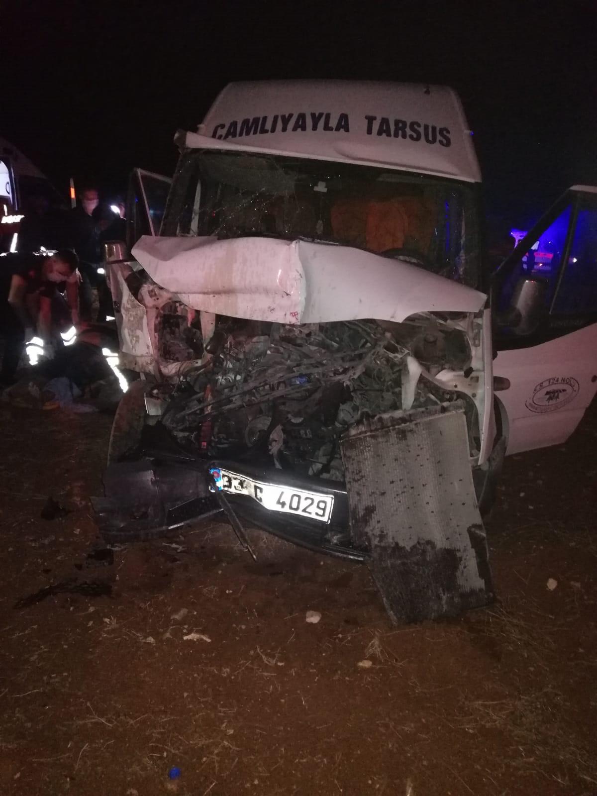 Traktör ile yolcu minibüsü çarpıştı: 8 yaralı