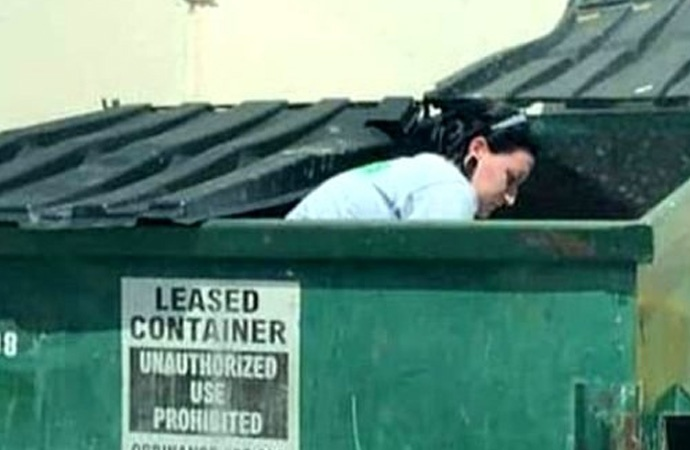 Çöpten topladığı malzemeleri satarak 2 bin sterlin kazanıyor!