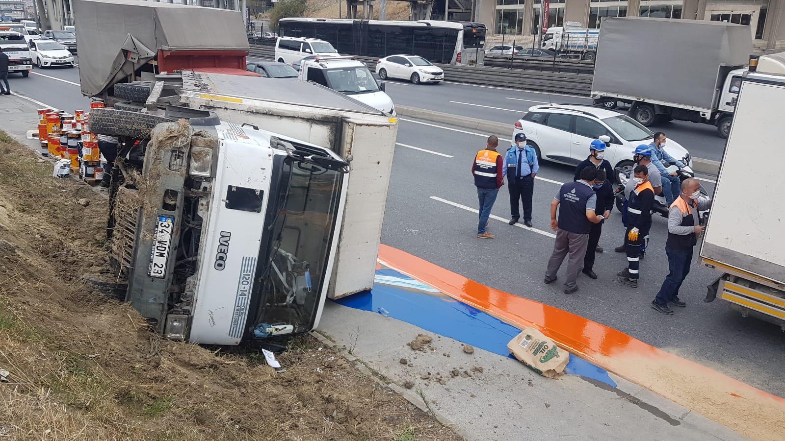 Avcılar'da kaldırıma çarpan boya yüklü kamyon devrildi