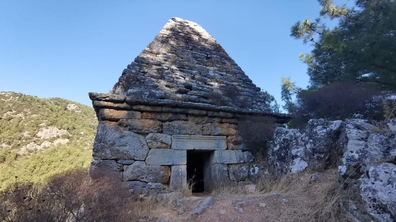 Yıllarca türbe sanılan piramit mezar harabeye döndü