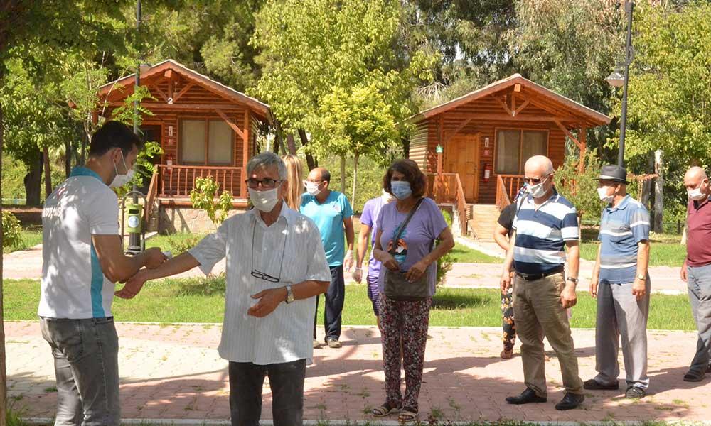 Emekliler Tarsus Gençlik Kampı'nda mutlu bir gün geçirdiler