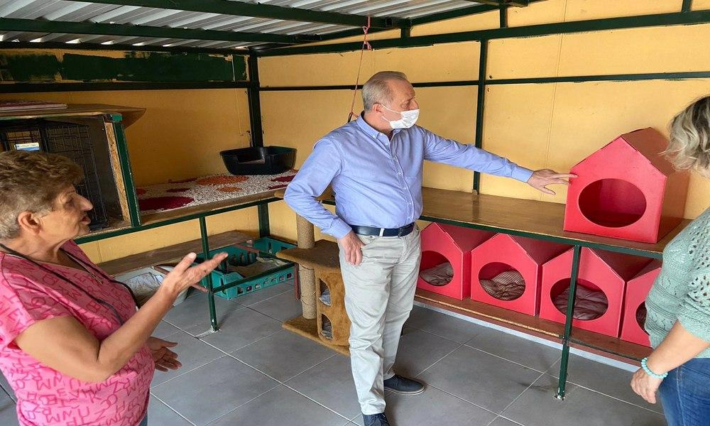 Başkan Atabay'dan kedi evine ziyaret