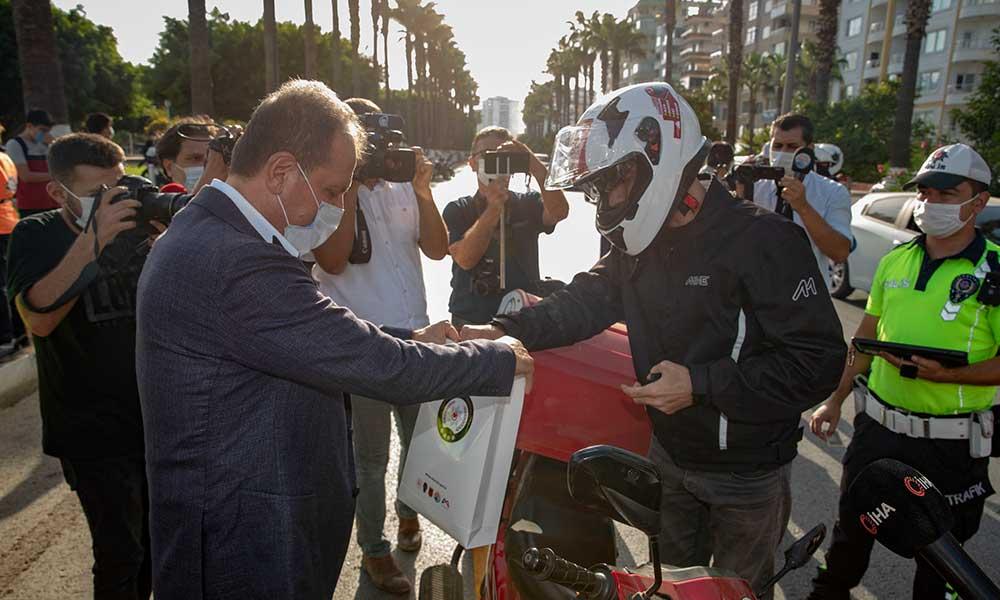 Seçer yoldan geçen kasksız motosiklet sürücüsüne kask hediye etti