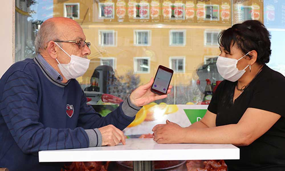 Sosyal medyadan tanışarak evlenen çift, çeviri programı sayesinde anlaşıyor