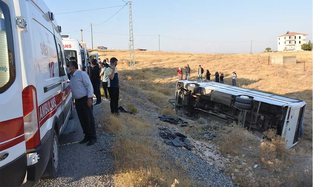 Fabrika işçilerini taşıyan midibüs devrildi: 14 kişi yaralandı