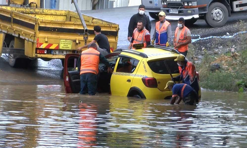 Sağanak yağış nedeniyle alt geçitte mahsur kalan taksici böyle kurtarıldı