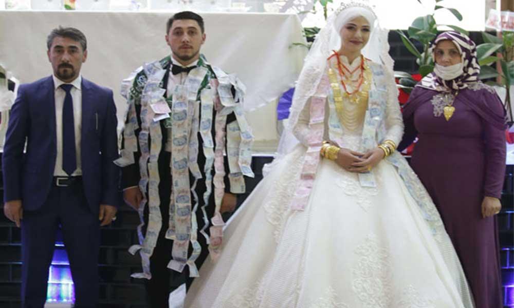Bir saatlik düğünde bir milyon lira değerinde altın ve para takıldı