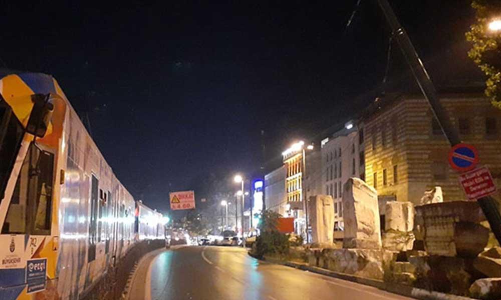 İstanbul'da bir tır elektrik tellerini kopardı: Tramvay seferleri durdu