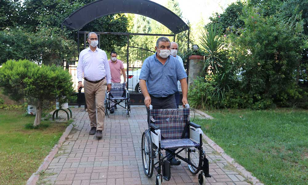 Efeler Belediyesi engelli kardeşlere tekerliklere sandalye hediye etti
