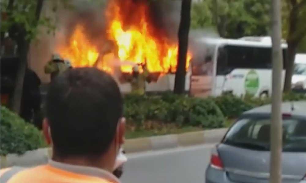 Beylikdüzü'nde park halindeki öğrenci servisi yandı