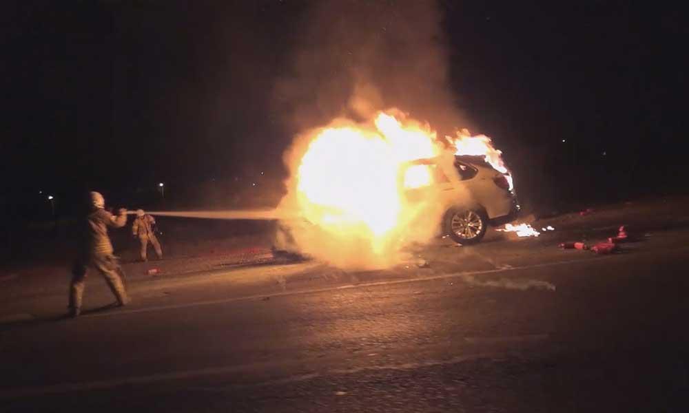 Seyir halindeki araç yanmaya başladı: İki kişi son anda kurtuldu