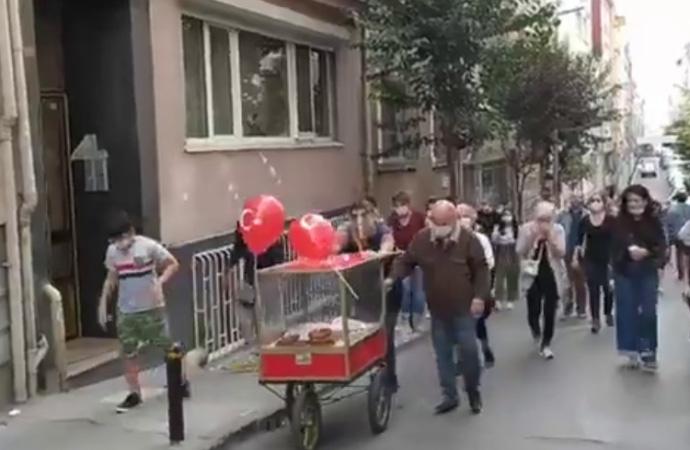 Tezgahına el konulan simitçiye mahalleliden destek