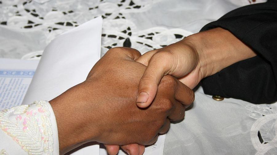 Kadının elini sıkmadı, vatandaşlık başvurusu reddedildi