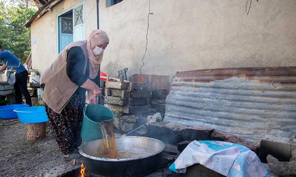 Mersin Büyükşehir'den üzüm üreticilerine makine desteği